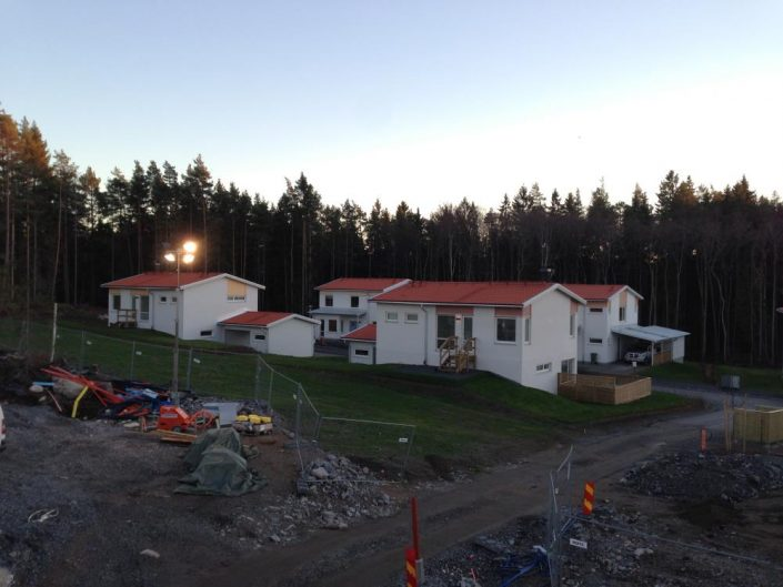Bandtäckning av tak och fasad i Täby